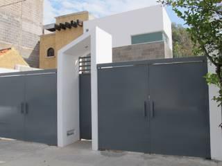 Portones de garage de estilo  por ÖQ Arquitectos
