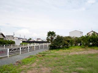 西ヶ崎町の家: 横山浩之建築設計事務所が手掛けた木造住宅です。
