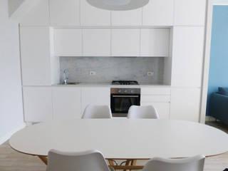 Appartamento al mare_Liguria: Cucina attrezzata in stile  di Arch. Pierangela Crosti
