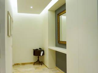 Appartamento a Milano_2: Ingresso & Corridoio in stile  di Arch. Pierangela Crosti