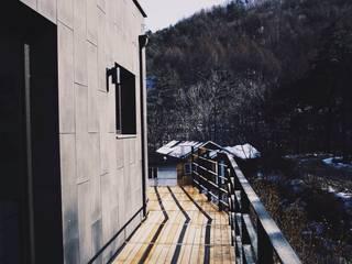 Black House (강원도 평창 전원주택) 모던스타일 발코니, 베란다 & 테라스 by 위즈스케일디자인 모던
