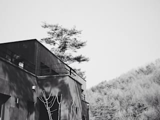Black House (강원도 평창 전원주택) by 위즈스케일디자인 모던