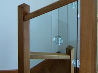 Oak stairs with glass balustrade Wonkee Donkee XL Joinery Couloir, entrée, escaliers modernes