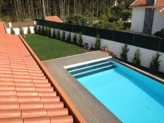 Aspeto final de piscina e sua envolvência :   por Redializa - Construção e Reabilitação, Lda.