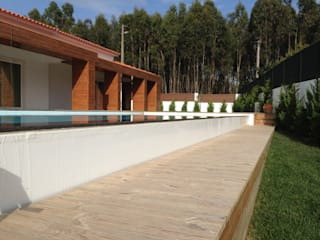 Piscina de Bordo Infinito:   por Redializa - Construção e Reabilitação, Lda.