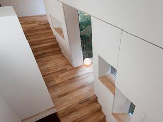 階段が庭と居場所をつなぐ狭小住宅 モダンデザインの リビング の acaa モダン