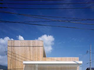 階段テラスが中庭と屋上をつなぐ家 モダンな 家 の acaa モダン