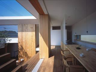 階段テラスが中庭と屋上をつなぐ家 モダンデザインの ダイニング の acaa モダン