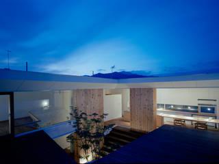 階段テラスが中庭と屋上をつなぐ家 モダンデザインの リビング の acaa モダン