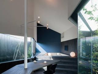 路地庭アプローチのあるモダン和風住宅 モダンデザインの ダイニング の acaa モダン