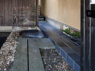 路地庭アプローチのあるモダン和風住宅 の acaa モダン