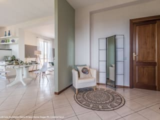 Pasillos y vestíbulos de estilo  por Sapere di Casa - Architetto Elena Di Sero Home Stager