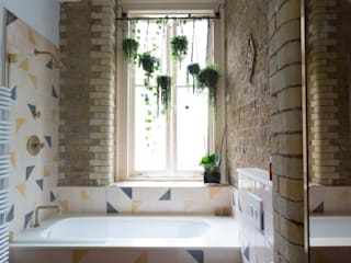 Quirky Flat : Hackney 에클레틱 욕실 by Cassidy Hughes Interior Design 에클레틱 (Eclectic)