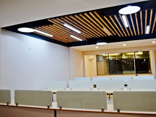 Ceiling- Office at Sector 32, gurugram:  Offices & stores by The Workroom