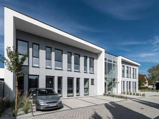 Budynek biurowy: styl , w kategorii Domy zaprojektowany przez Offa Studio,Nowoczesny