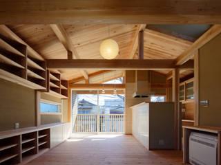 Living room by 高野三上アーキテクツ一級建築設計事務所  TM Architects, Modern