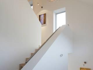 Couloir, entrée, escaliers modernes par Architekturbüro Sutmann Moderne