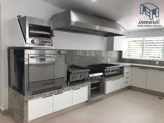Cocina y Campana: Muebles de cocinas de estilo  por INOVARDI