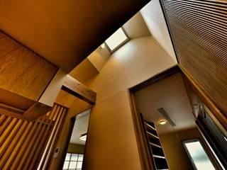 Projekty,  Korytarz, przedpokój zaprojektowane przez 株式会社シーンデザイン建築設計事務所