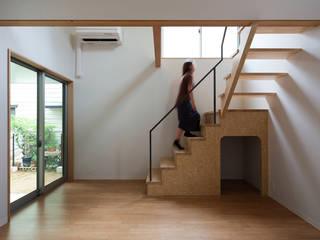 西千葉の長屋(賃貸併用住宅) Terrace House in Nishi Chiba モダンデザインの リビング の 株式会社 神成建築計画事務所 モダン