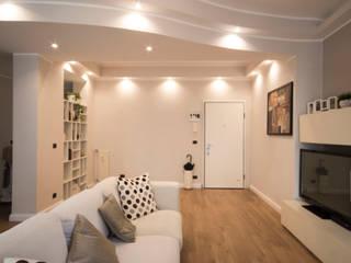 现代客厅設計點子、靈感 & 圖片 根據 MC Ristrutturare Casa 現代風