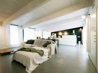 Un sottotetto a Milano Soggiorno minimalista di Barbara Patrizio DesignLab Minimalista