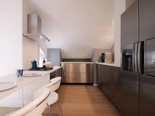 Un attico a Milano: Cucina in stile  di Barbara Patrizio DesignLab