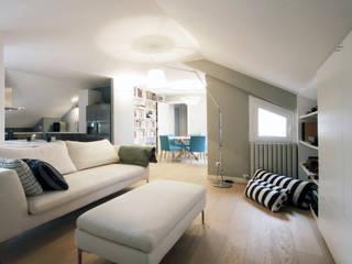 Un attico a Milano: Soggiorno in stile  di Barbara Patrizio DesignLab