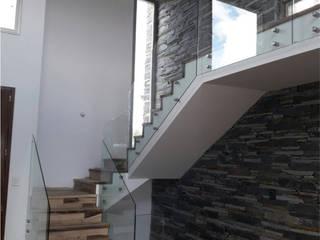 HOFMANN DESARROLLOS EN VIDRIO Y METAL - BARANDAS EN VIDRIO Y METAL Pasillos, vestíbulos y escaleras modernos de HOFMANN - DESARROLLOS EN VIDRIO Y METAL Moderno