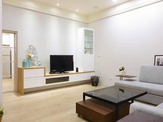 改造舊宅,享受退休後無憂生活:  客廳 by 水木空間設計