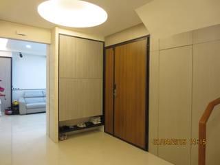 Ingresso, Corridoio & Scale in stile moderno di 伊梵空間規劃設計 Moderno