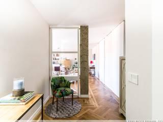 Reforma Integral en el II Ensanche de Pamplona Pasillos, vestíbulos y escaleras de estilo moderno de TALLER VERTICAL Arquitectura + Interiorismo Moderno