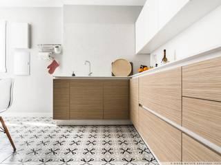 Reforma Integral en el II Ensanche de Pamplona: Cocinas integrales de estilo  de TALLER VERTICAL Arquitectura + Interiorismo
