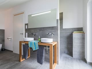 KitzlingerHaus GmbH & Co. KG Modern bathroom Grey