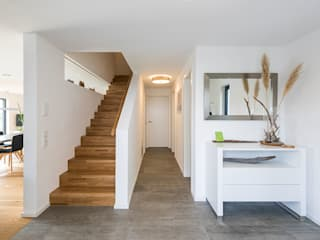 KitzlingerHaus GmbH & Co. KG Modern corridor, hallway & stairs Engineered Wood White
