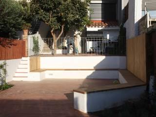 Reforma de patio en Barcelona Jardines de estilo mediterráneo de De buena planta Mediterráneo