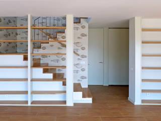Vivienda en San Martiño do Porto: Pasillos y vestíbulos de estilo  de AD+ arquitectura