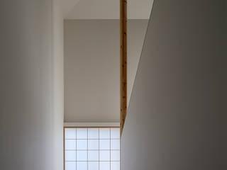 トップライトと障子のある白い空間 モダンスタイルの 玄関&廊下&階段 の acaa モダン