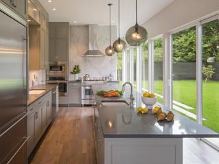 Magnolia House:  Kitchen by Rerucha Studio