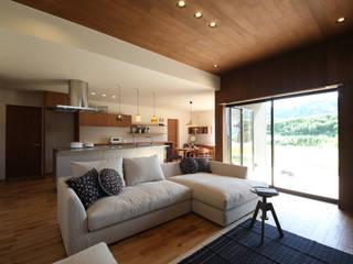 ウッドデッキがつなぐスローライフな家 / zuiun: zuiun建築設計事務所 / 株式会社 ZUIUNが手掛けたリビングです。
