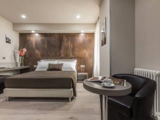 Residence Cavour Luxury: Camera da letto in stile  di Biondi Architetti, Moderno