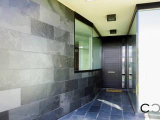 Balcones y terrazas de estilo minimalista de CCVO Design and Staging Minimalista