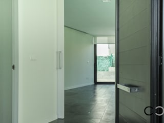 Pasillos, vestíbulos y escaleras de estilo minimalista de CCVO Design and Staging Minimalista