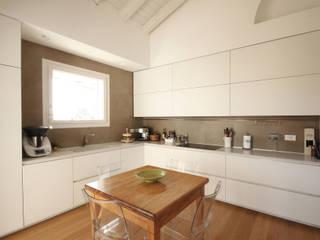 Cucina Bianca Minimale: Cucina attrezzata in stile  di JFD - Juri Favilli Design