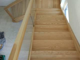 Treppe mit Glasgeländer Adam Pastuszko P&G Holzbauservice Flur, Diele & TreppenhausTreppen Holz