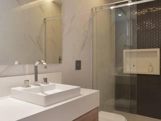Salle de bain moderne par Paula Müller Arquitetura e Design de Interiores Moderne