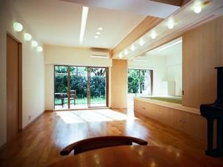 流れる家: 麻生建築設計工房が手掛けたリビングです。
