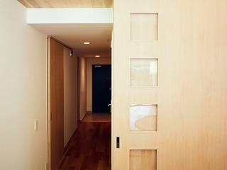 流れる家: 麻生建築設計工房が手掛けた廊下 & 玄関です。