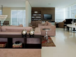 Interior em apartamento de coberturaInterior em apartamento de cobertura: Salas de estar  por Cláudia Zuppani Arquitetura