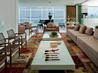 Interior em apartamento de cobertura: Salas de estar  por Cláudia Zuppani Arquitetura